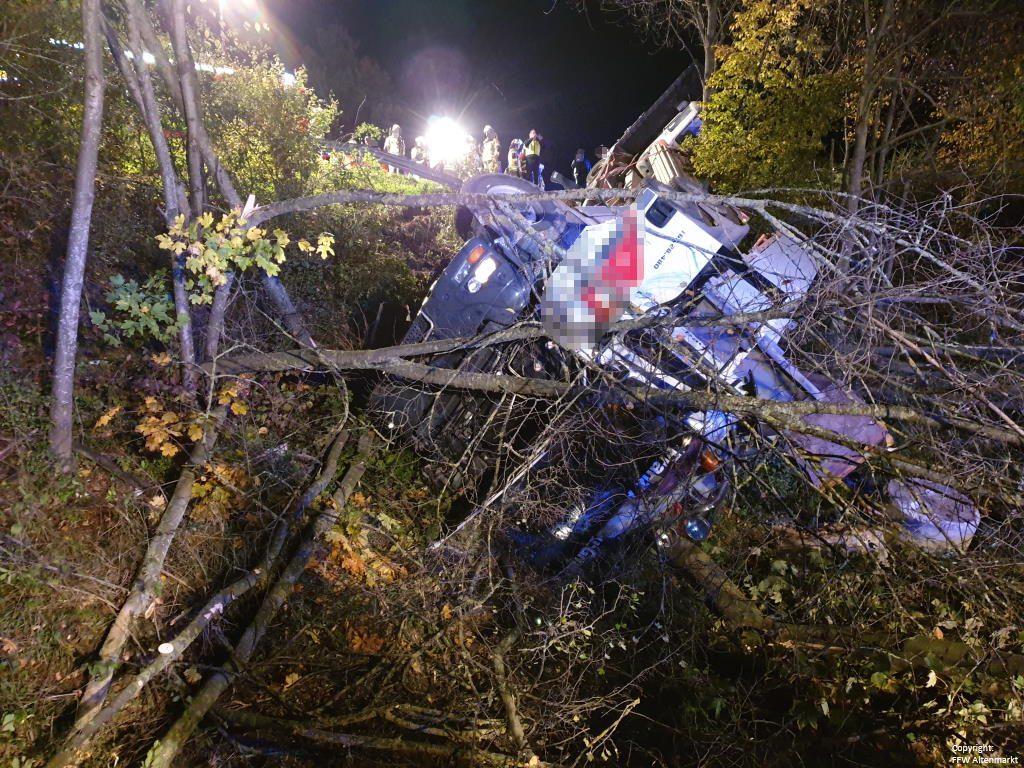 Einsatz 27 2019 Schwerer LKW Unfall Kreisverkehr Cham-Süd_2
