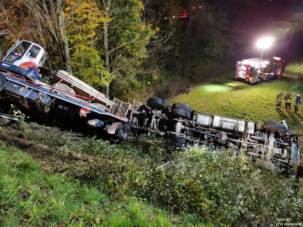 Einsatz 27 2019 Schwerer LKW Unfall Kreisverkehr Cham-Süd_3
