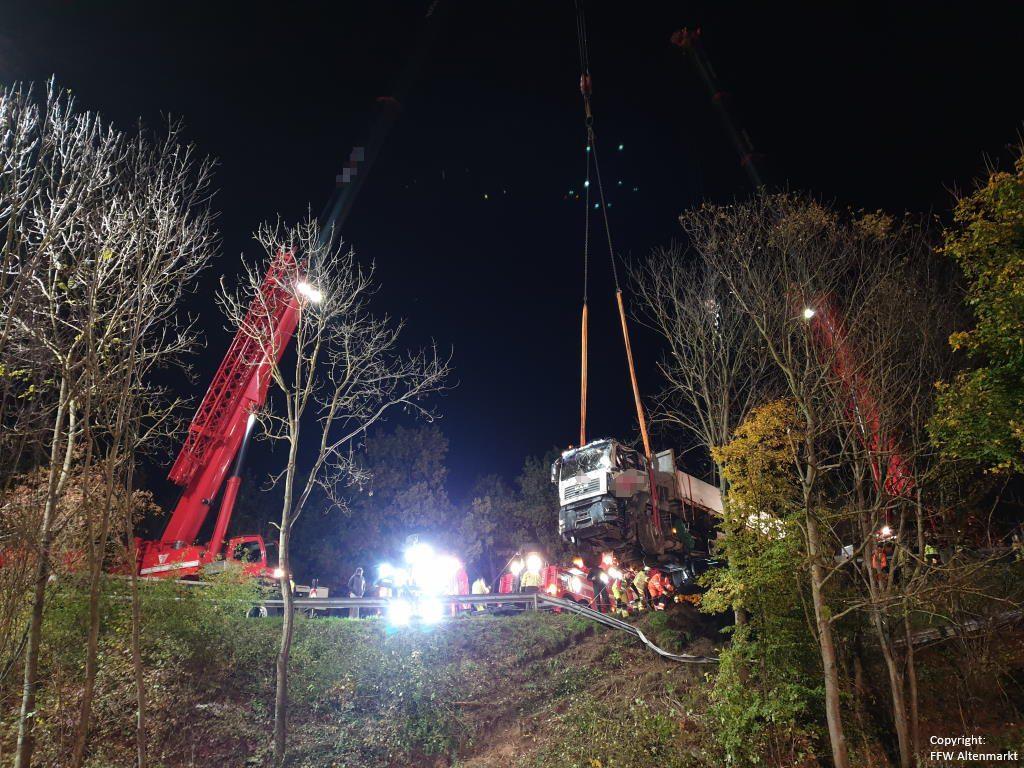 Einsatz 27 2019 Schwerer LKW Unfall Kreisverkehr Cham-Süd_8