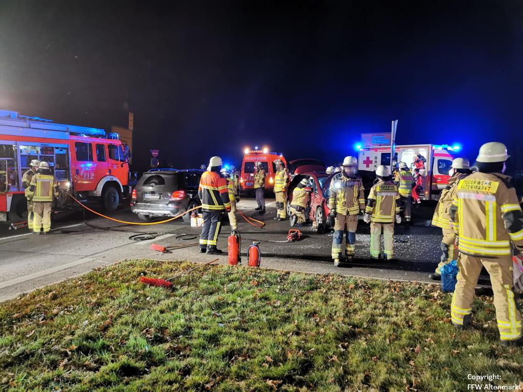 Einsatz 51 2020 Verkehrsunfall Cham Süd Person eingeklemmt (6)